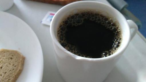 weiße Kaffeetasse mit angeschlagenen Rand
